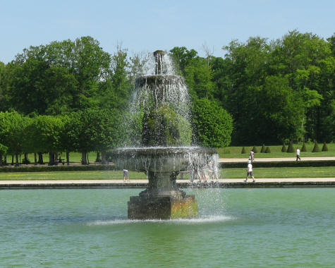 Fountain at Fontainebleau Lake
